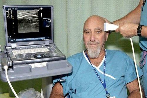 Для оцінки кровотоку по внутрішньочерепних судинах датчик прикладається на область скроневої кістки