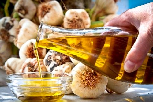 Провести зниження холестерину народними засобами швидко допоможе часникова олія