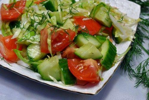 салат з огірків з помідорами, листям салату, зеленню