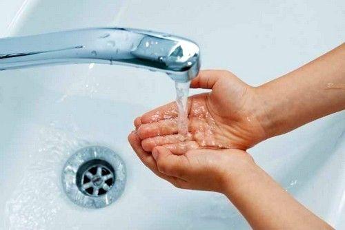 Перед тим, як нанести мазь на запалене віко, потрібно ретельно вимити руки