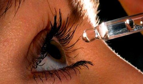 Поєднувати лікування маззю і очними краплями потрібно з обережністю