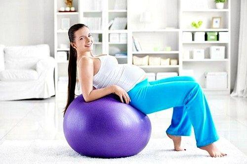 Відомості ніг на фитболе допоможуть зміцнити м`язи промежини і підготувати організм до родової діяльності