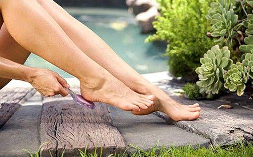 Провокуючим фактором освіти ороговілості і тріщин на п`ятах є тісний і / або незручна в носінні взуття