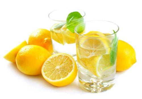 Завдяки природному кислотному рівню, лікування соком лимона зробить шкіру ступень м`якшою і еластичнішою