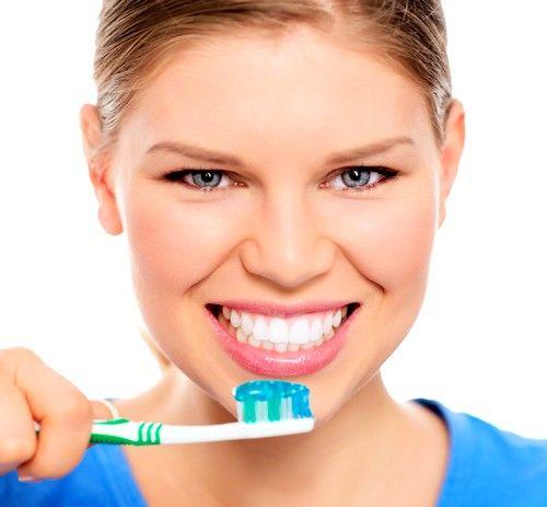 При чищенні зубів, намагайтеся проникнути в усі ділянки, особливо прочищати підставу зуба